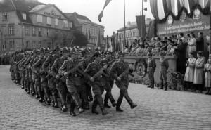 Bundesarchiv_Bild_183-33349-0002,_Neustrelitz,_Jahrestag_der_DDR,_Volkspolizei