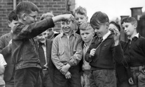 Children-playing-conkers-007